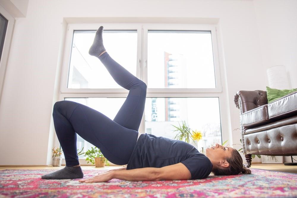 تمرین-خونگی-برای-تقویت-و-فرم-دهی-عضلات-باسن.jpg-پل-مارچینگ-2