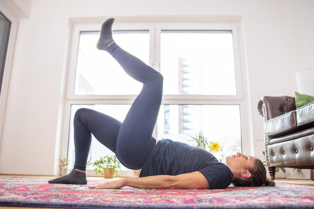 تمرین-خونگی-برای-تقویت-و-فرم-دهی-عضلات-باسن.jpg-پل-مارچینگ-3