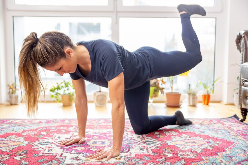تمرین-خونگی-برای-تقویت-و-فرم-دهی-عضلات-باسن.jpg-donkey kicks-2